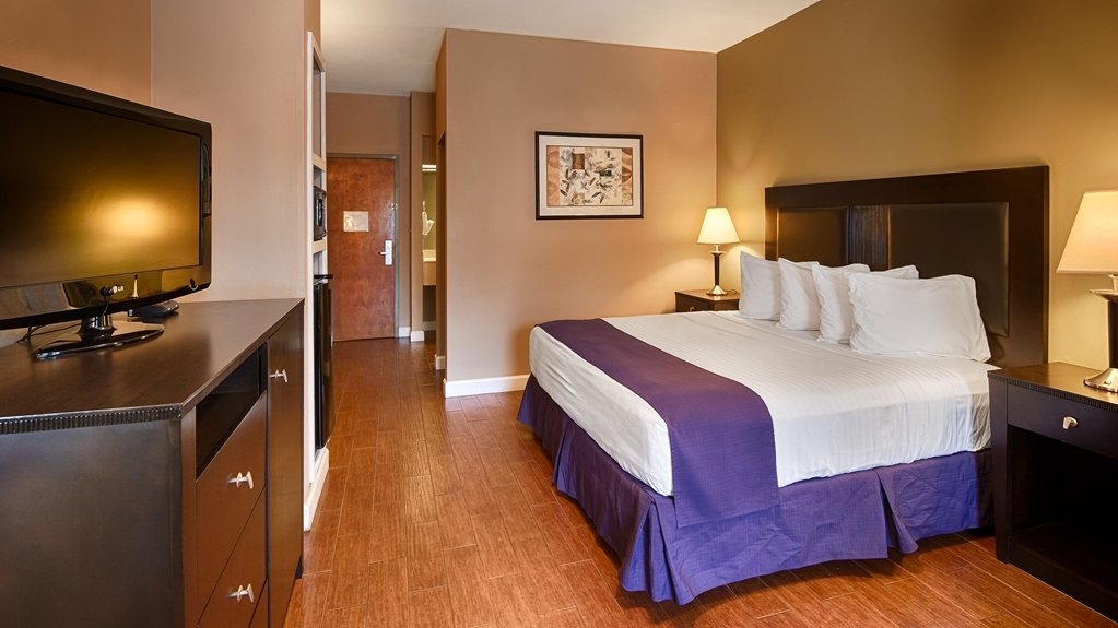 Best Western Port Lavaca Inn - Spread out in our king bed guest room.