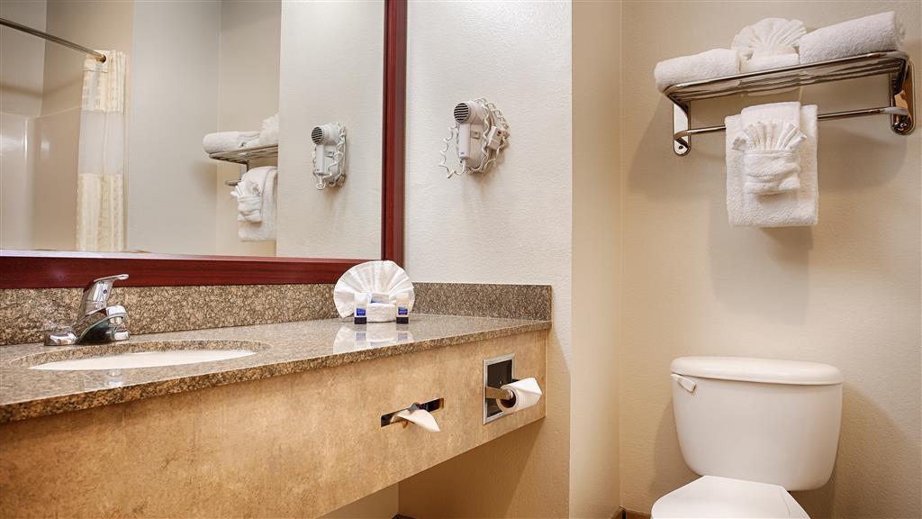 Best Western Club House Inn & Suites - Nuestros cuartos de baño cuentan con un amplio tocador para que pueda colocar cómodamente sus productos personales.