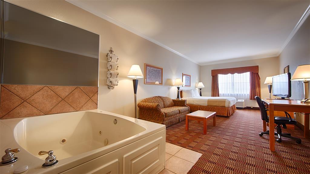 Best Western Club House Inn & Suites - Reserve nuestra suite con cama de matrimonio extragrande y relájese al llegar la noche en su propia piscina de hidromasaje.