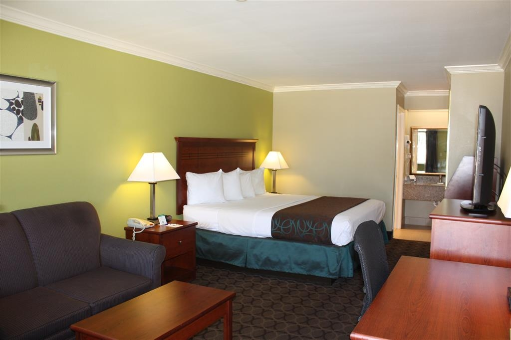 Best Western Paradise Inn - Kick up your feet and relax in this king featuring a sofabed.