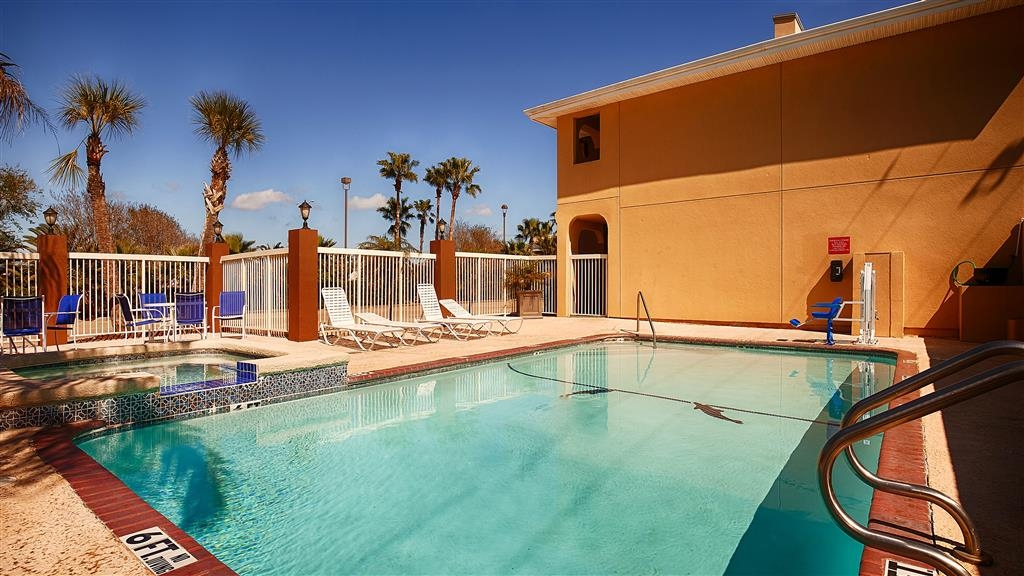 Best Western Paradise Inn - Have some family fun in our outdoor pool. Open seasonally.