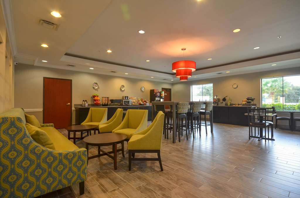 Best Western Galleria Inn & Suites - Have a seat in a comfortable, modern setting while enjoying the morning news and sipping a delicious cup of coffee.