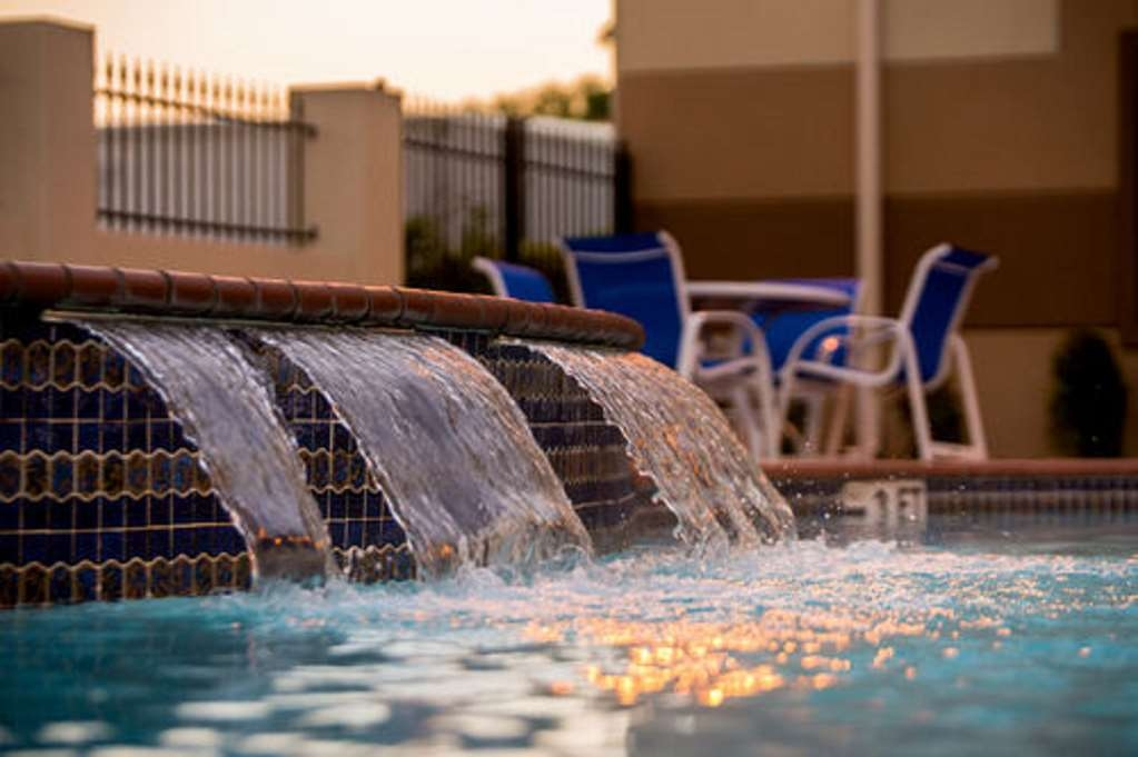Best Western Galleria Inn & Suites - Splash around and have fun with the family in our outdoor pool for endless hours of fun.