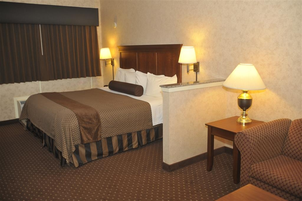 Best Western Plus Shamrock Inn & Suites - Our spacious king bed room has all the comforts of home at your fingertips.