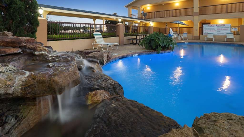 Best Western Angleton Inn - Whether you want to relax poolside or take a dip, our outdoor pool area is the perfect place to unwind.