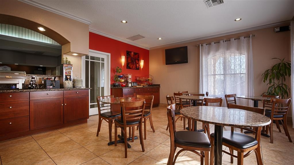Best Western Angleton Inn - Complimentary full hot breakfast including waffles is served every morning from 6AM to 9AM.