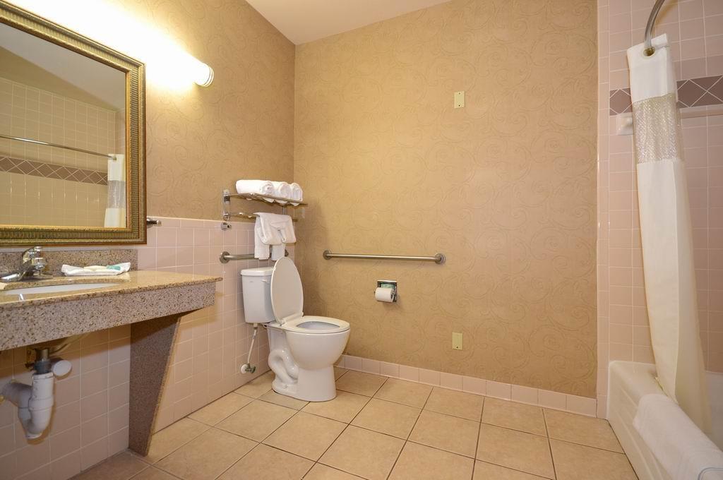 Best Western Casa Villa Suites - Mobility Accessible Guest Bathroom