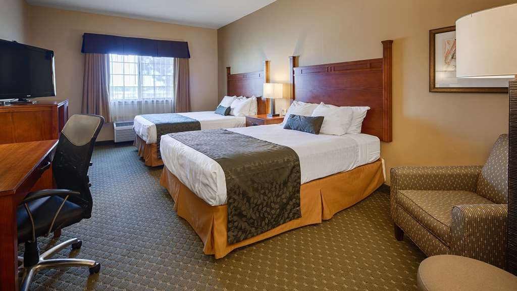 Best Western Plus Red River Inn - If you're looking for a little extra space book one of our double or triple queen guest rooms.