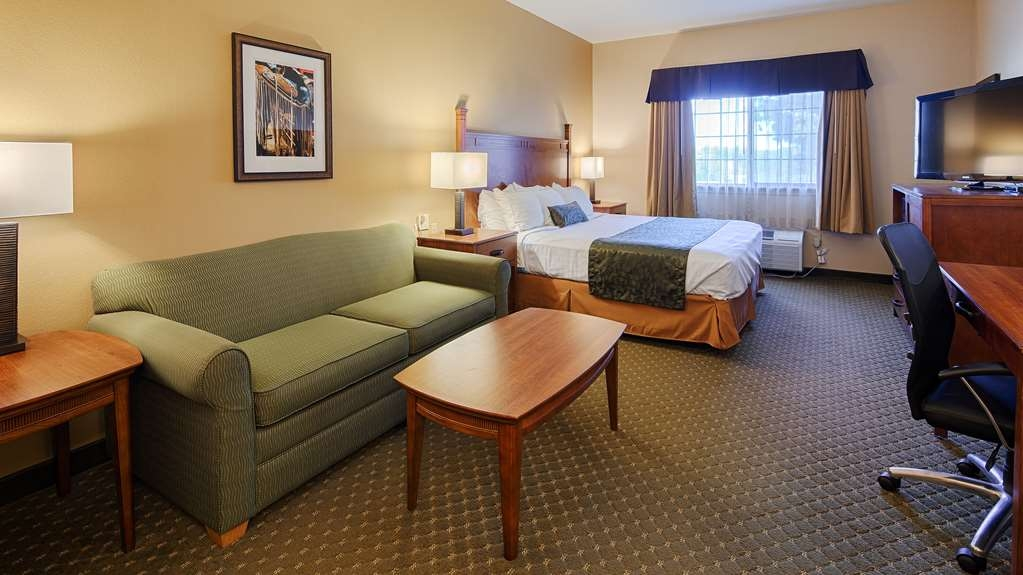 Best Western Plus Red River Inn - This king guest room is perfect for a layover, extended stay or weekend getaway.