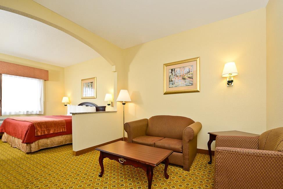 Best Western Dayton Inn & Suites - Relájese tras de un largo día de viaje en nuestra suite con cama de matrimonio extragrande.