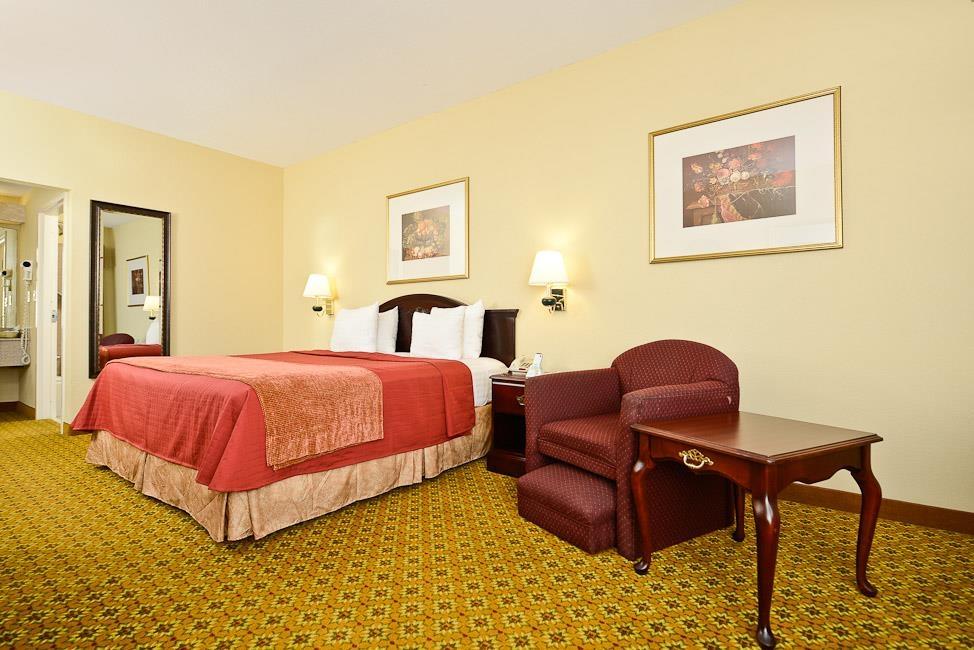 Best Western Dayton Inn & Suites - Disfrute del nivel de intimidad de nuestra habitación con cama de matrimonio extragrande.