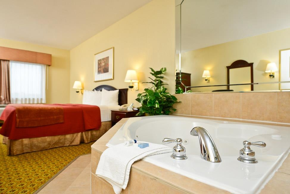 Best Western Dayton Inn & Suites - Treat yourself and your special companion to our whirlpool suite. It is perfect for anniversaries or romantic escapes.