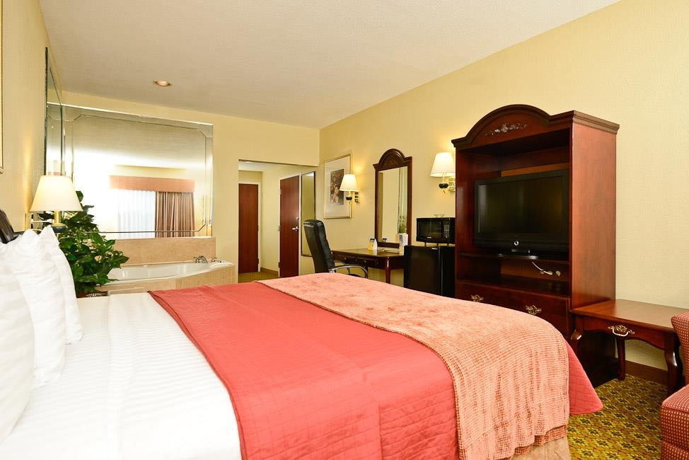 Best Western Dayton Inn & Suites - Reserve nuestra suite con cama de matrimonio extragrande y relájese al llegar la noche en su propia piscina de hidromasaje.