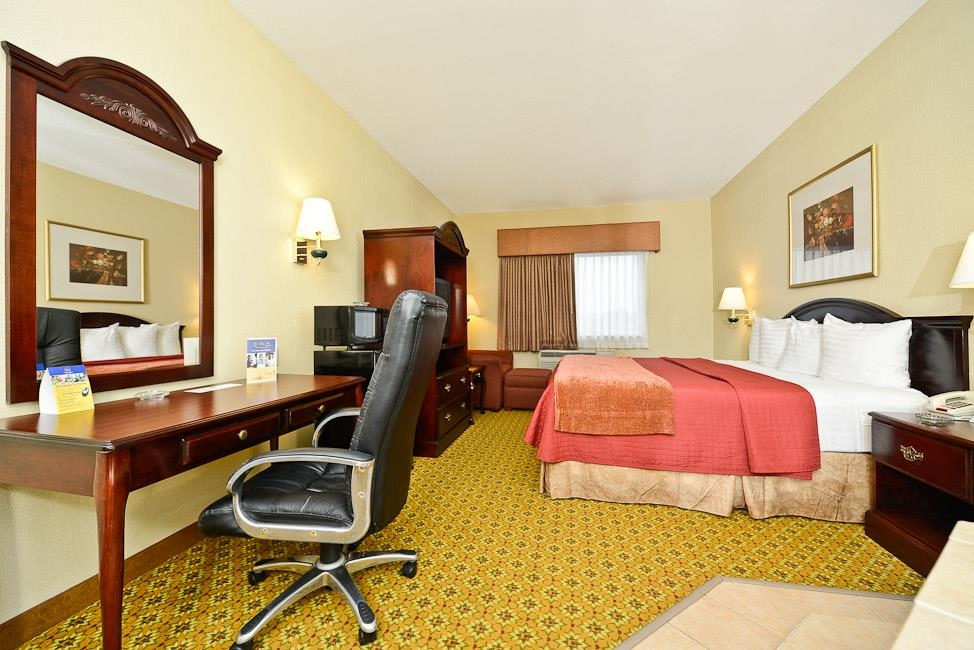 Best Western Dayton Inn & Suites - Spend a special night together in our whirlpool suite.