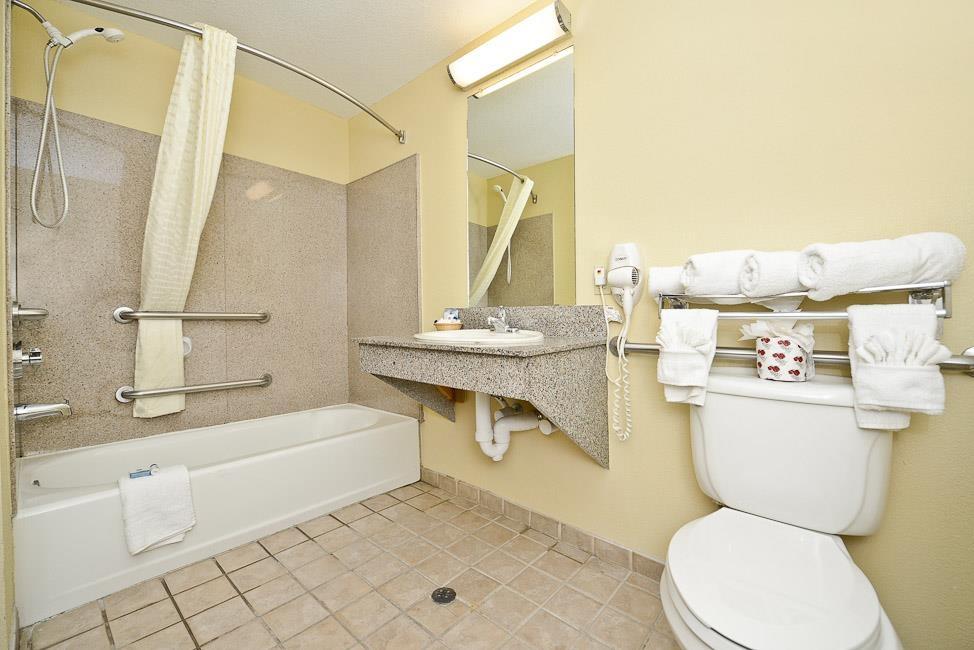 Best Western Dayton Inn & Suites - Cuarto de baño con acceso para huéspedes con limitaciones físicas.