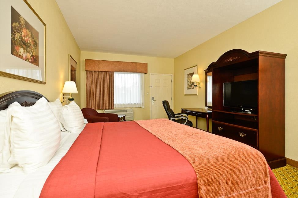 Best Western Dayton Inn & Suites - Dont miss the morning news with our 32-inch flat screen TV in our king guest room.