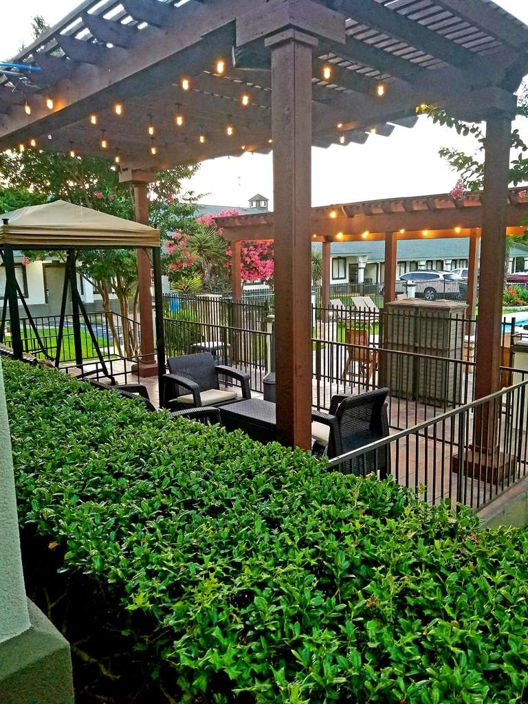 Best Western Post Oak Inn - Relax and take a dip in our outdoor simming pool or sit and take in the beauty in our patio area