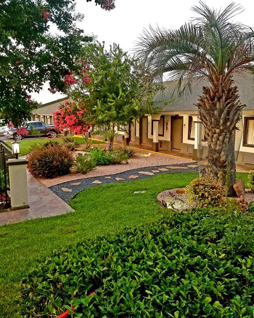 Best Western Post Oak Inn - Jump in and cool off in our outdoor swimming pool and enjoy our beautiful landscaping