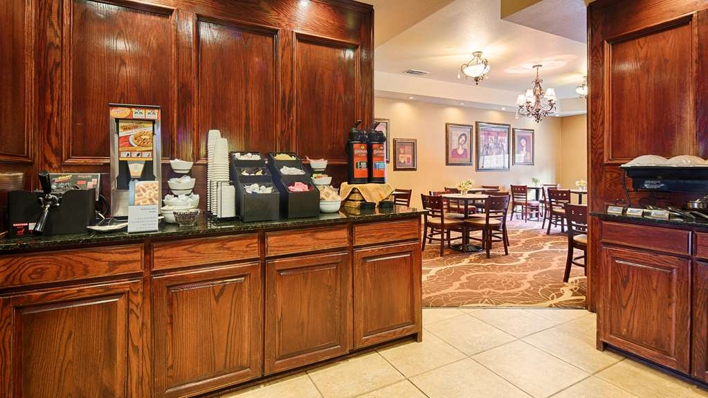 Best Western Plus Crown Colony Inn & Suites - Start your day off right with a complimentary full hot breakfast.
