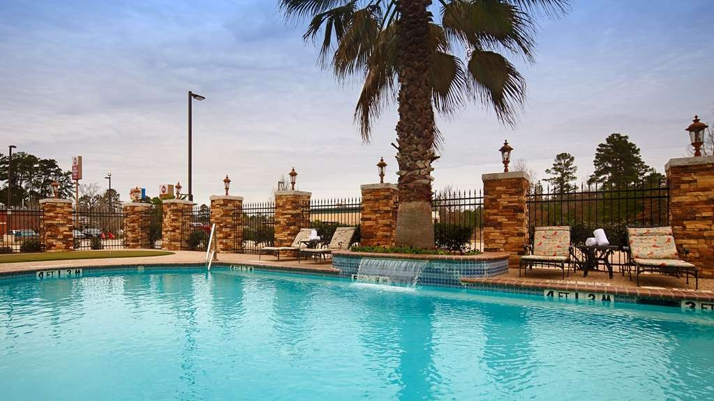 Best Western Plus Crown Colony Inn & Suites - Get some sun and have some fun in our outdoor swimming pool waterfall and putting green.