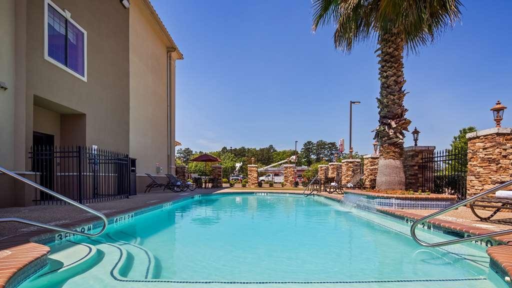 Best Western Plus Crown Colony Inn & Suites - Outdoor Pool & Putting Green