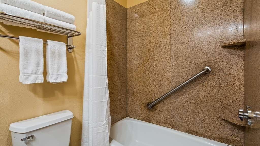 Best Western Plus Crown Colony Inn & Suites - Guest Bathroom