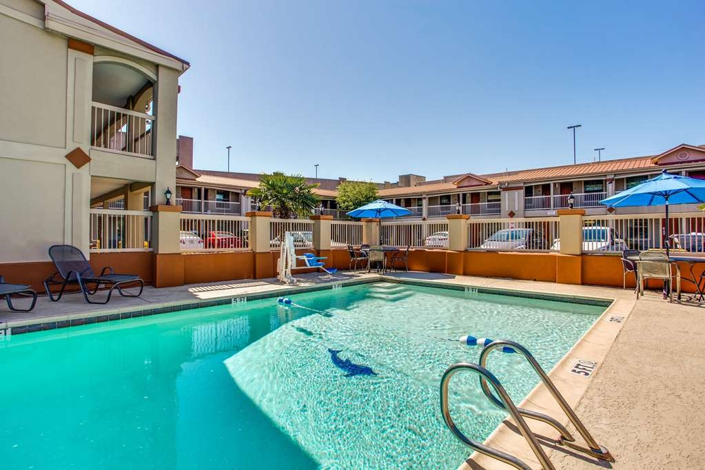 Best Western Cityplace Inn - Whether you want to relax poolside or take a dip, our outdoor pool area is the perfect place to unwind.