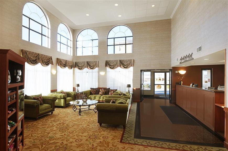 Best Western Plus Graham Inn - El vestíbulo de nuestro hotel cuenta con un cómodo espacio para leer un libro o socializar con compañeros de trabajo y amigos.
