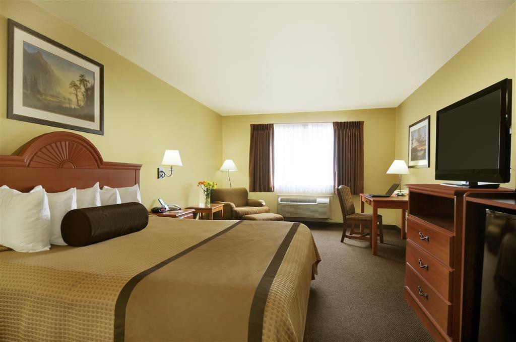 Best Western Plus Graham Inn - Unser Gästezimmer mit Kingsize-Bett ist geräumig und ist ein komfortabler Ort, um sich zu entspannen.