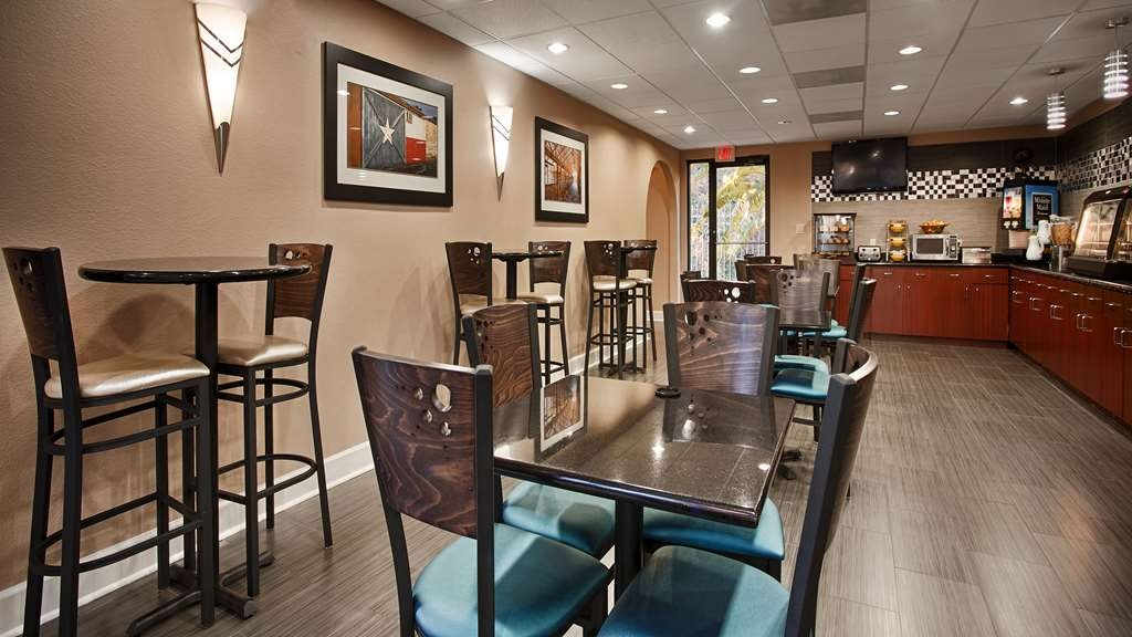Best Western Plus Sam Houston Inn & Suites - Our breakfast room offers intimate dining for couples and smaller groups.