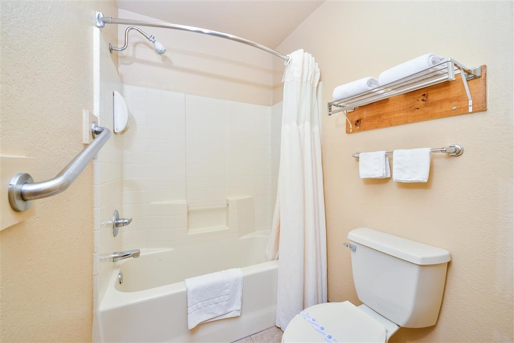 Best Western Windwood Inn & Suites - Guest Bathroom