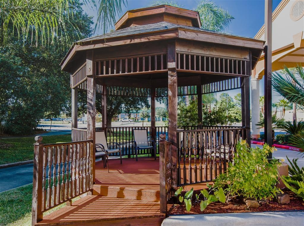 Best Western Plus Houston Atascocita Inn & Suites - Our beautiful gazebo provides a place to relax and unwind.