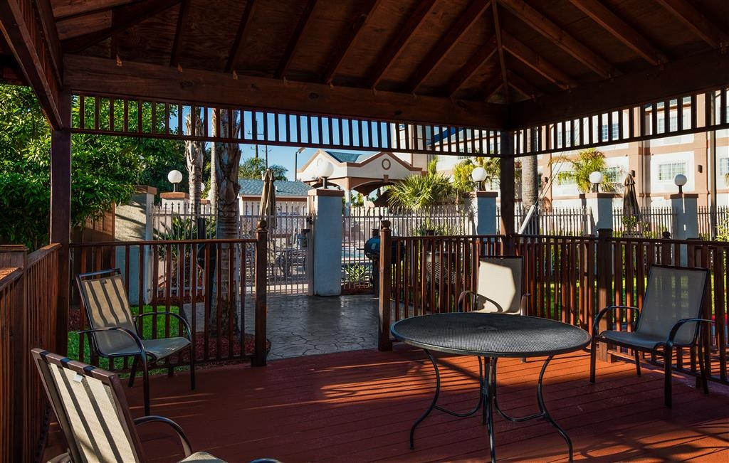 Best Western Plus Houston Atascocita Inn & Suites - Enjoy and grill your favorite tastes in our custom barbeque pavilion.