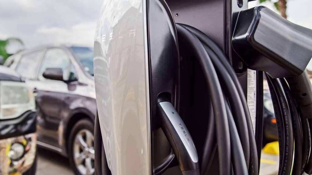 Best Western Plus Houston Atascocita Inn & Suites - Tesla Charging Station