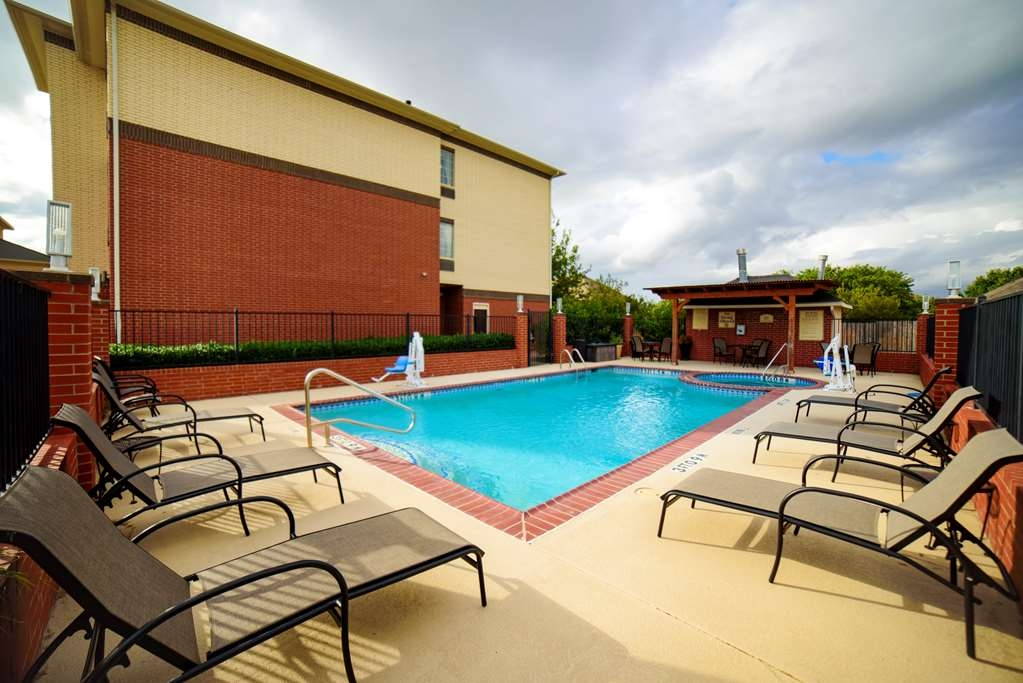Best Western Plus Lake Dallas Inn & Suites - Outdoor Swimming Pool and Hot Tub
