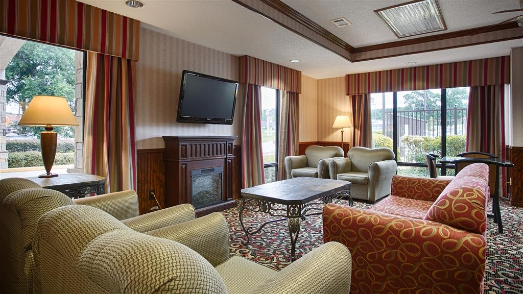 Best Western Lindale Inn - Our hotel lobby area offers a comfortable place to read a book or socialize with colleagues and friends.