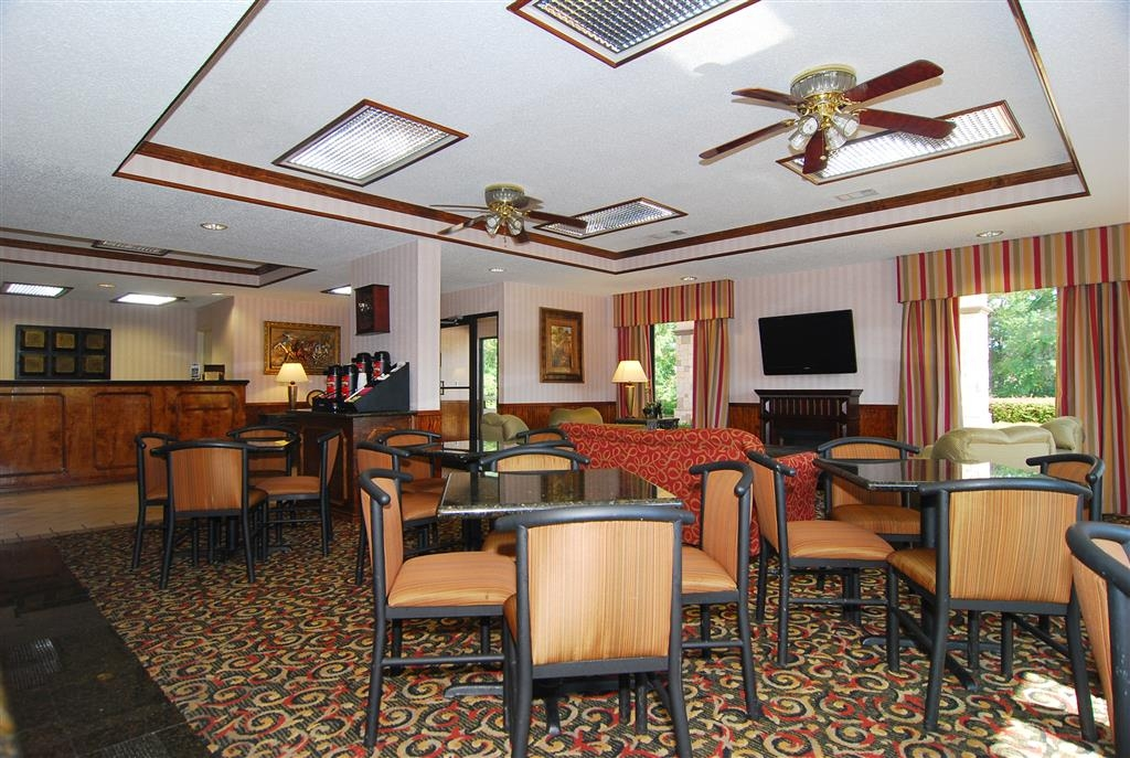 Best Western Lindale Inn - Sit down and enjoy the morning news while sipping a delicious cup of Community® Coffee.