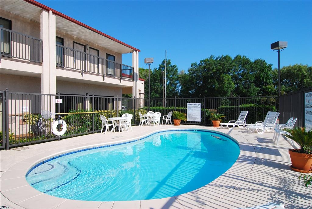 Best Western Lindale Inn - Soak up the sun in one of our comfortable lounge chairs by our outdoor swimming pool.