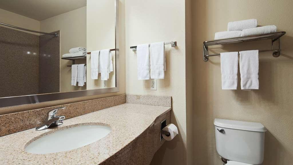 Best Western Cleveland Inn & Suites - Guest Bathroom