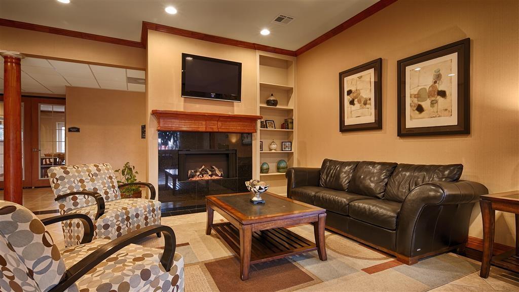 Best Western Cleveland Inn & Suites - Vista del vestíbulo