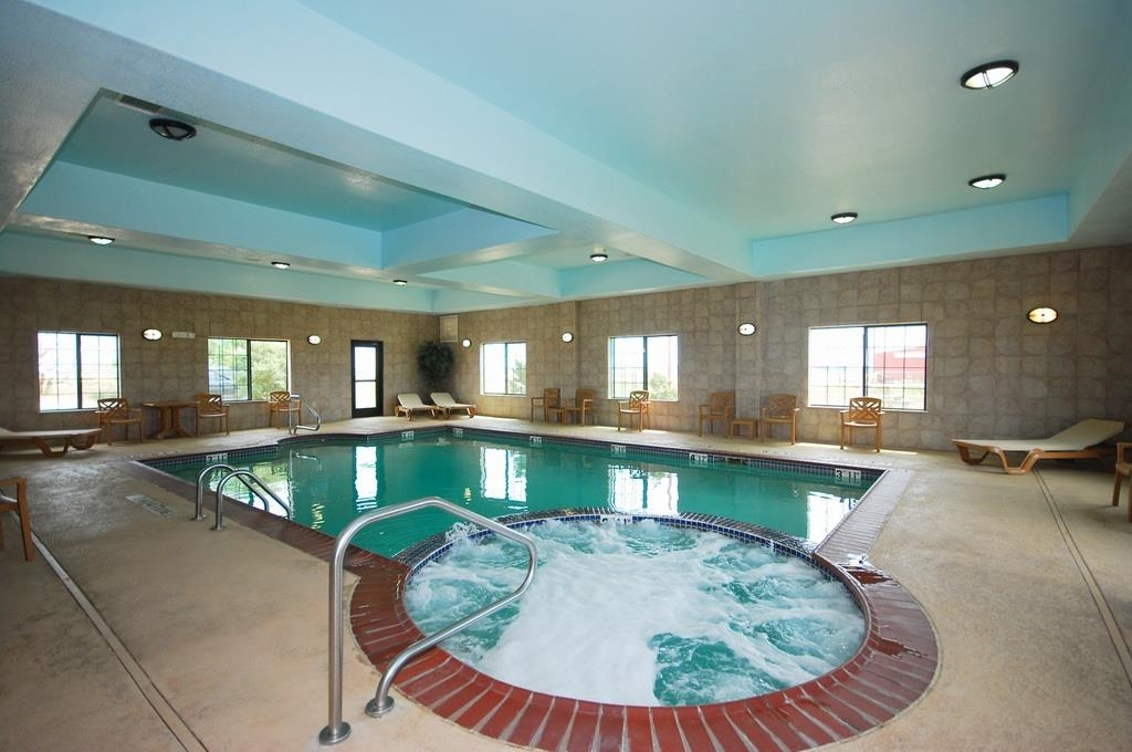 Best Western Henrietta Inn & Suites - Plan an afternoon with the family at our heated indoor swimming pool and hot tub.