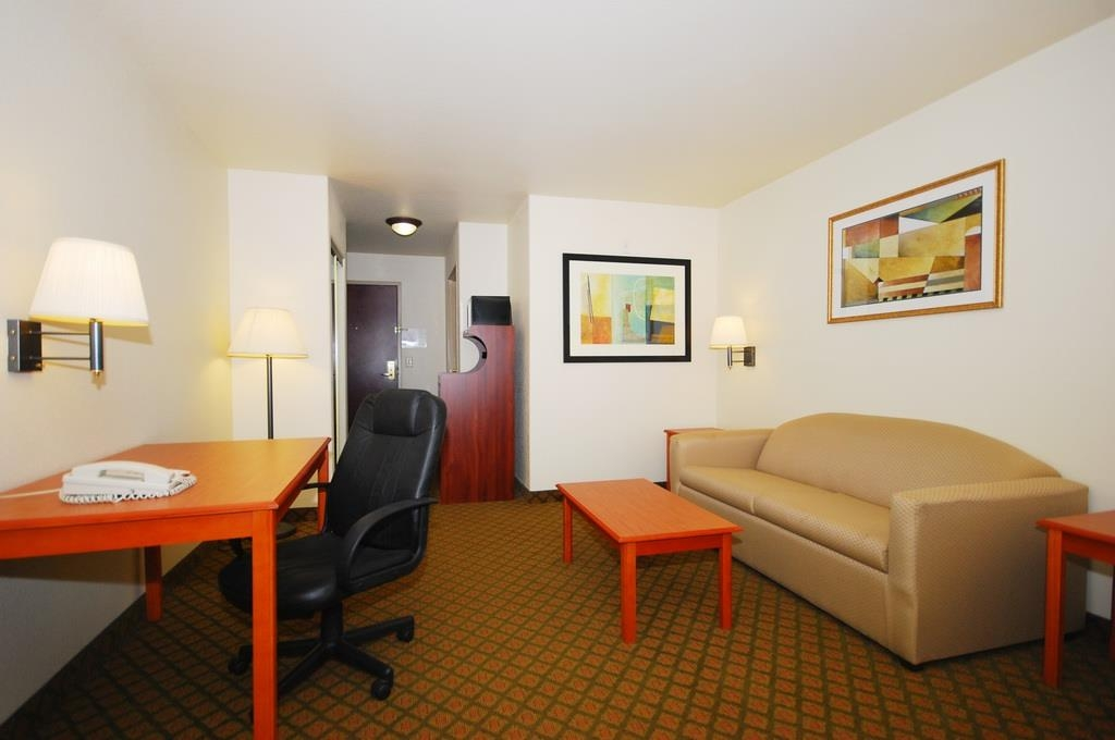 Best Western Henrietta Inn & Suites - Our guest suites comes fully equipped with a sofa bed, work desk, microwave and refrigerator.