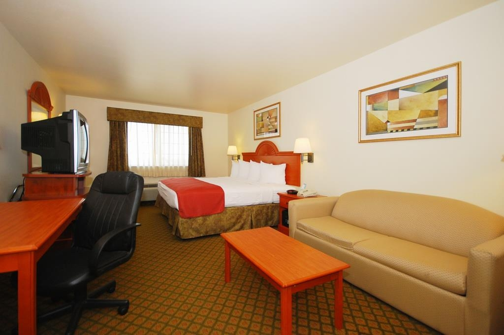 Best Western Henrietta Inn & Suites - Our king room is spacious and offers you a comfortable place to unwind.