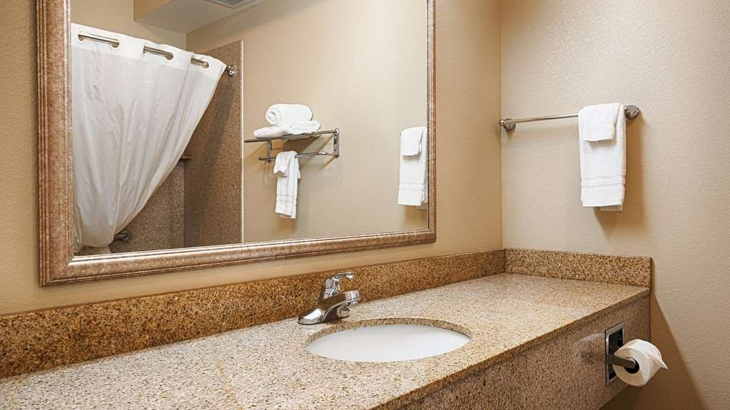 Best Western Henrietta Inn & Suites - Enjoy getting ready for the day in our fully equipped guest bathrooms.