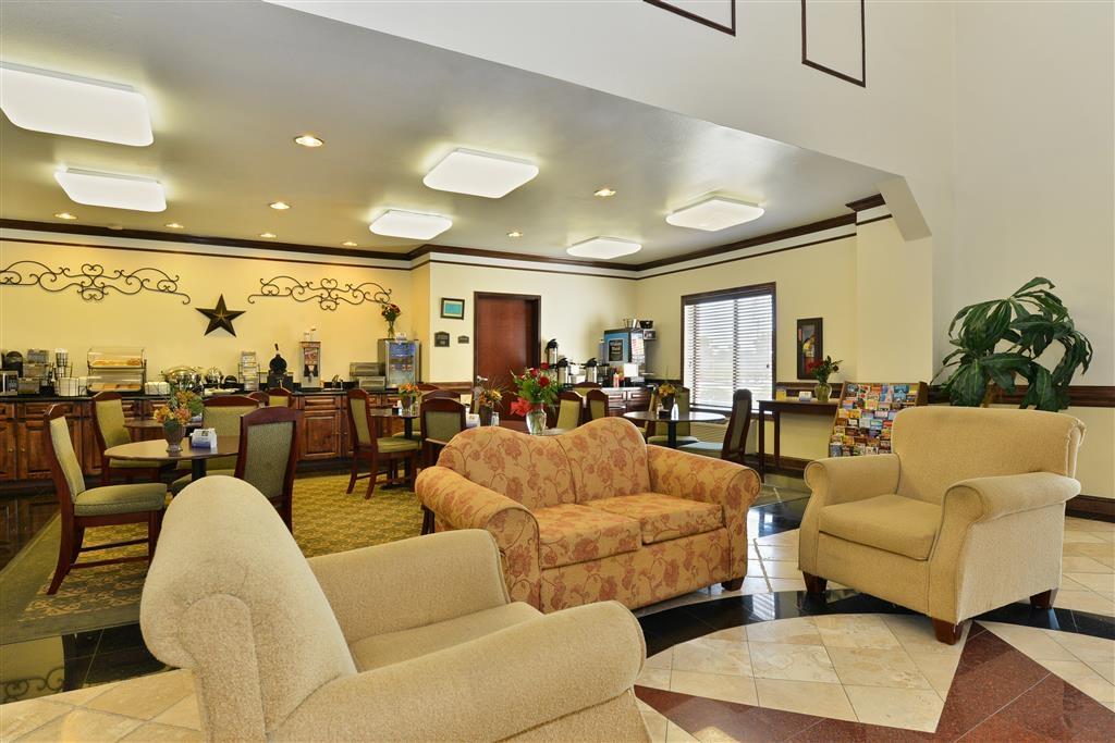 Best Western Lone Star Inn - Escoja una de nuestras cómodas mesas para disfrutar de su desayuno.