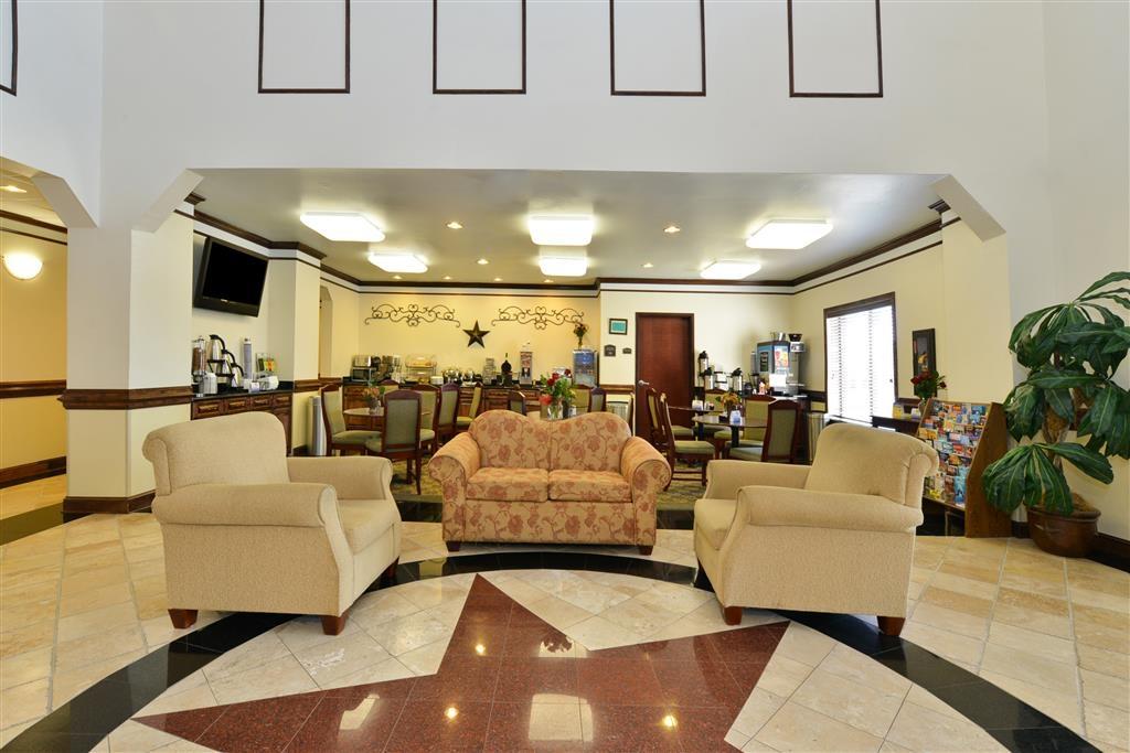 """Best Western Lone Star Inn - Desde el mismo momento en el que accedan al vestíbulo del hotel, los huéspedes se sentirán como parte de nuestra familia y podrán disfrutar de nuestro concepto de hospitalidad """"Stay With People Who Care""""."""