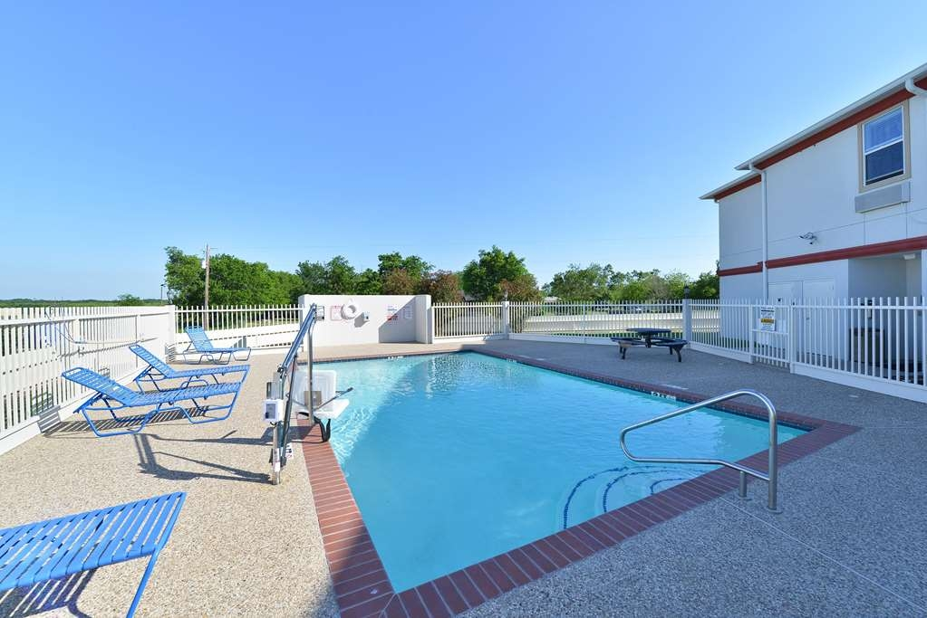 Best Western Limestone Inn & Suites - Soak up the sun in one of our comfortable lounge chairs by our outdoor swimming pool.