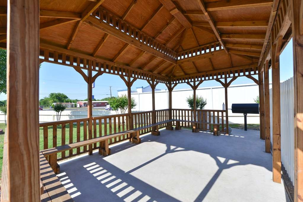 Best Western Limestone Inn & Suites - Our modern outdoor deck with BBQ grill boasts multiple seating areas and beautiful views.
