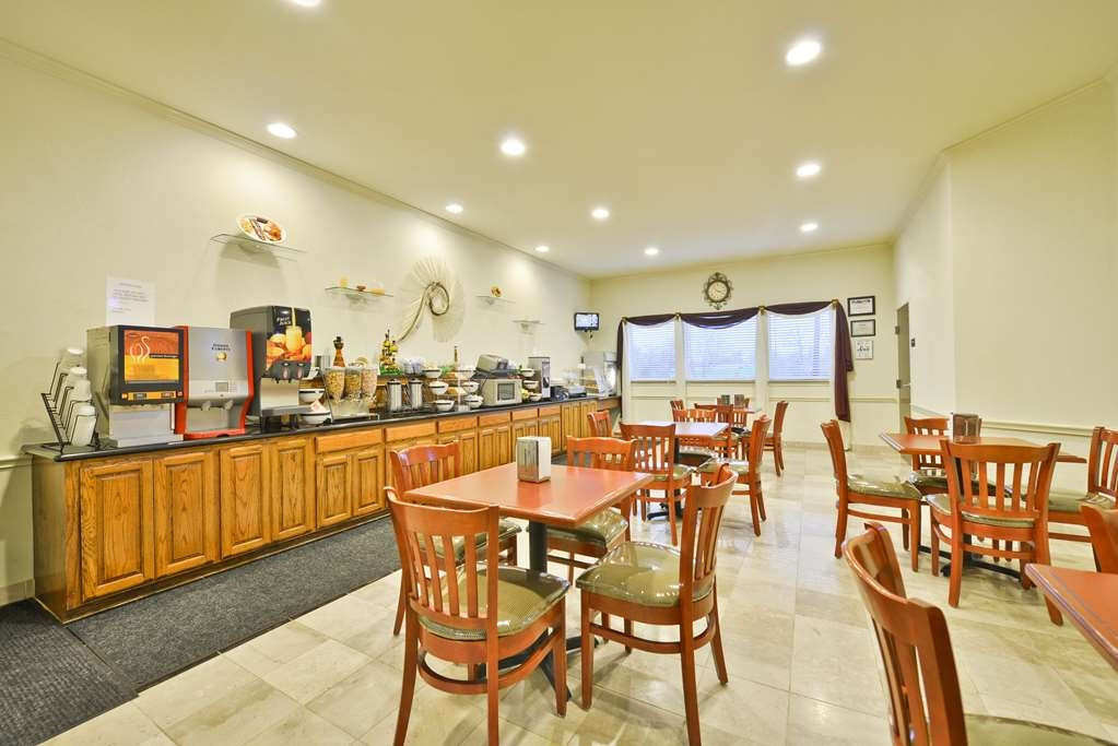 Best Western Limestone Inn & Suites - Start your day off right with a complimentary full hot breakfast.