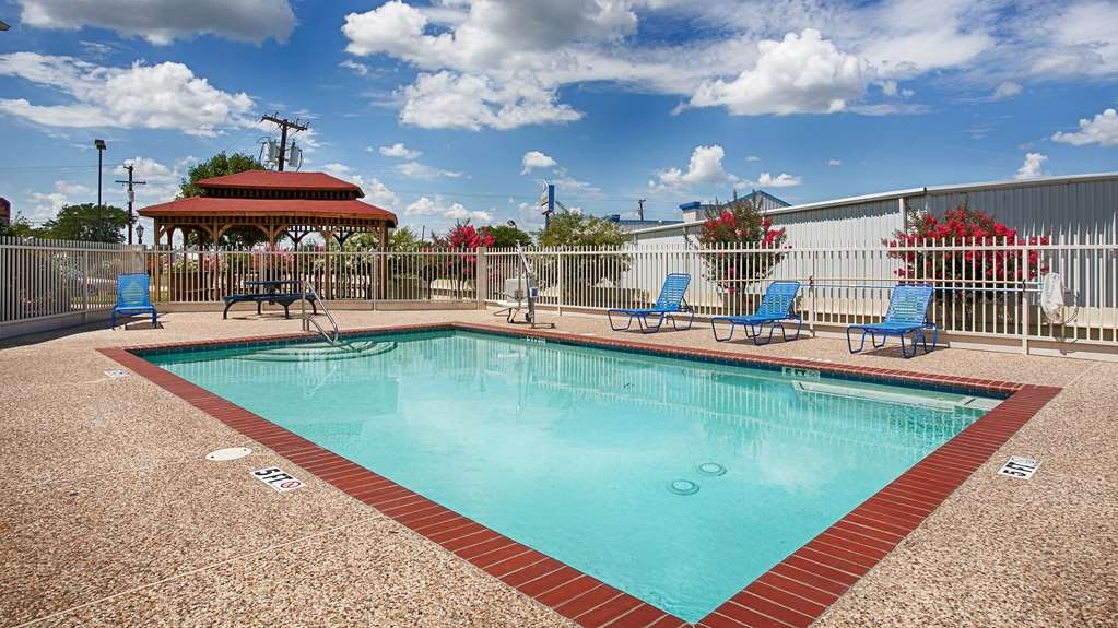 Best Western Limestone Inn & Suites - Have some family fun in our outdoor swimming pool; open seasonally.